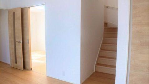 【リビング階段】 リビング階段は、家族を近くに感じられる間取り♪ 朝起きて居室を出ると、聞こえてくる家族の笑い声に安心できます!