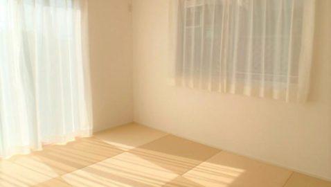リビングに隣接する和室は、陽当たり良好!淡いカラーの樹脂畳に癒されます♪お子様のプレイルームやお昼寝の場所、来客時などさまざまな用途に使えて便利です!