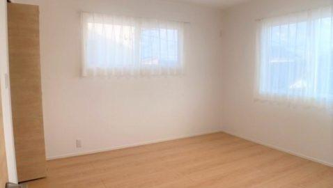 大きなベッドも入る、ゆとりある8帖の主寝室!広々ウォークインクローゼット付きなので、家族の物やオフシーズンの物などたっぷり収納できて便利です♪