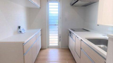キッチンは人気の淡いカラーを採用し、清潔感があります!リビング全体との統一感があるのが素敵ですね♪ 高性能な換気扇や食器乾燥機など設備も充実!