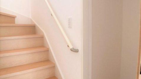 1階の階段横には、収納スペース付きです!ついつい荷物が増えてしまうリビングに、収納があるのはとっても便利♪