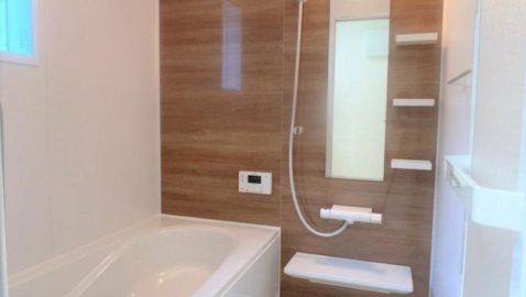 温もりある木目柄パネルが美しい浴室。 1坪タイプ、浴室衣類乾燥暖房機付きです! 窓があり換気も十分にできます。デザイン性、機能性、保温性なども高く日々の疲れを癒します。