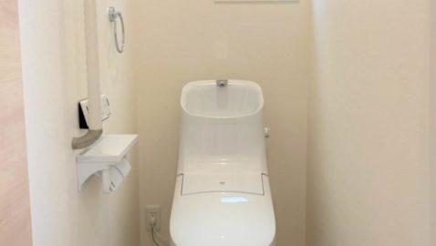 清潔感のあるシンプルなトイレです! フチレス形状の便器でお手入れ楽々♪汚れをしっかり洗い流すパワーストリーム洗浄でキレイを長持ちさせます!