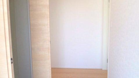 玄関は広々としていて、陽射しがたっぷり入り気持ち良いです!土間収納付きなので、いつもキレイな玄関を保つことができます♪
