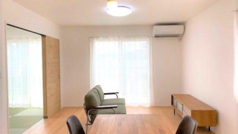 ナチュラルオークで優しい雰囲気の内観。 リビングは家族の憩いの場。飽きの来ないシンプルなデザインを採用しました。 和室を合わせるとLDKは20.5帖の広々空間に♪