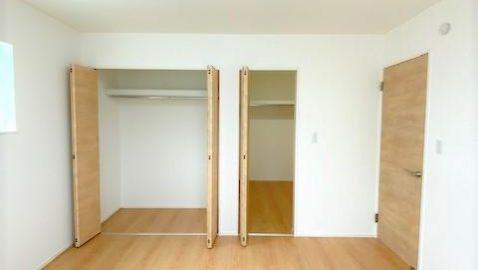 【主寝室(8帖)】 大きなベッドも入るゆったりとした広々寝室♪ 木目柄の表情が優しく、毎日の疲れが癒されます。