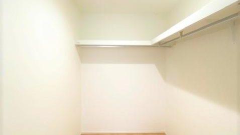 【ウォークインクローゼット】 主寝室には3帖のウォークインクロゼットに、その隣にも標準のクローゼットがあります! 家族みんなの衣類や寝具もまとめて収納できますね♪