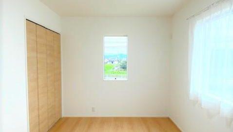【洋室(6帖)】 各居室に収納完備です。窓を2方向に設け、採光と通風に配慮しています。子供部屋としても活躍しそうです♪