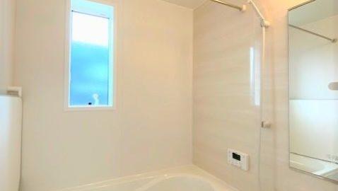お手入れしやすくあったかいエコバスルーム♪ 足をのばして入浴できる広々浴槽は、ステップ付きで安心。フタと浴槽のダブル保温効果でお湯の冷めにくい構造。1坪タイプ、衣類乾燥暖房機付き!