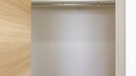 【収納】 2.2帖分のウォークインクローゼットの中のフローリングも居室との統一感があり、お部屋をさらに広く感じられます。