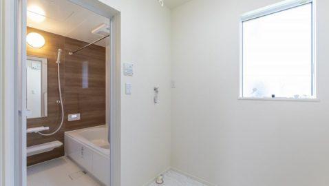 【浴室・脱衣室・ドライルーム】 かっこいいダークな木目調の色合いの浴室。脱衣所も浴室と同じくらいの広さなので、お子さんと一緒のお着換えも楽々!ドライルームも兼ねており、雨の日も洗濯物が乾いて嬉しい♪