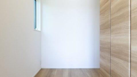 玄関を入ると、窓から優しい光が射し込み明るく照らしてくれます。玄関から室内が見えないよう、プライバシーに配慮された造りになっているので、急な来客にも安心です♪