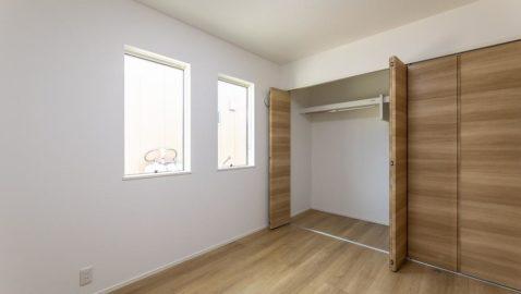【洋室(2)(5.3帖)】 各居室に1.5帖分の収納が完備されています。お部屋には壁一面のクローゼットが♪ハンガーラックもついているのでとても便利!二つの窓がお部屋を明るくしてくれます!