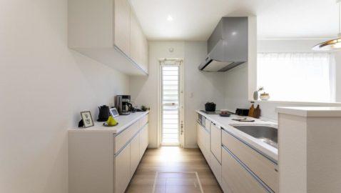 人気の淡いカラーのシステムキッチンは清潔感があります♪明るくシンプルなキッチンはLDK全体との統一感も◎。