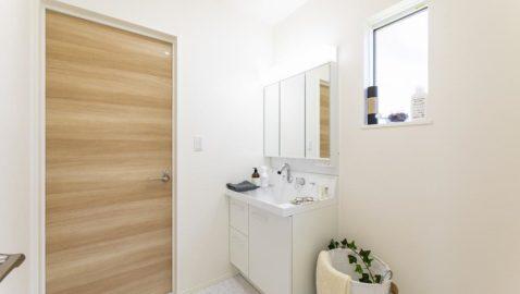 【洗面所】 シンプルで清潔感のある洗面台は、天然木の柔らかな素材感のドアと調和しおしゃれな空間を演出!一日の始まりは、綺麗な洗面所でお仕度してスッキリとした気分で♪