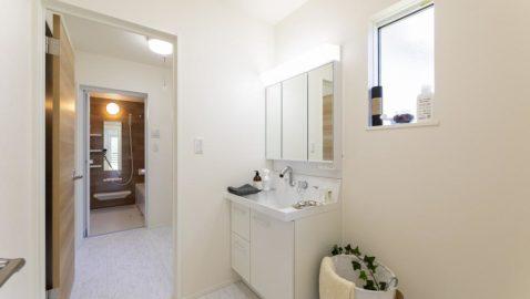 【浴室洗面】 水まわりをキッチンから一直線にした間取りが特徴☆忙しいママの家事動線に配慮されています。デザイン性、機能性、保温性など充実しておりリラックスできる空間です♪