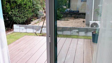 リビングからそのままウッドデッキに出られるので、お家の中から道具も出し入れしやすいです♪ 樹脂製なので、雨の日も大丈夫。木製よりも耐久性があります!