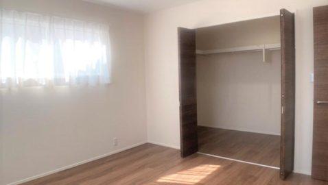 8帖の主寝室には、広々4帖のウォークインクローゼット付き。たっぷり収納できます。落ち着いたトーンのフローリングでゆったりくつろげます!