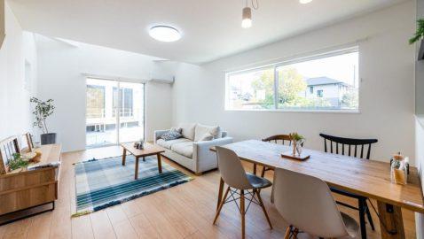 玄関ホールよりリビングへ。木目の優しい床材でナチュラルな雰囲気の室内です。