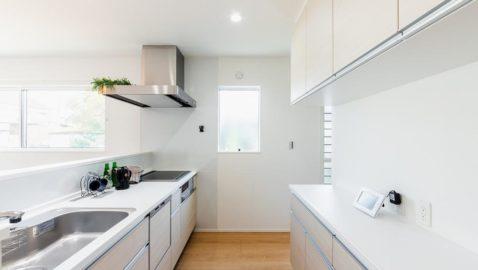 淡い木目調の優しい色味のキッチン。背面収納もキッチン本体とお揃いでスッキリ統一感があります。