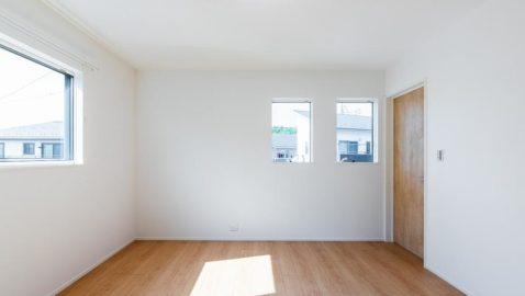 主寝室(8帖) 近隣に配慮した窓計画です。ウォークインクロゼット付きで身支度もラクラクです。