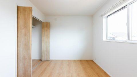 洋室(洋室6帖) 東側の窓から朝日が入り、すっきり目覚められそうなお部屋です。お子様のお部屋に最適ですね。