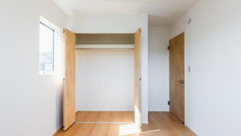 洋室(5.2帖) 2方向に窓を設け明るく風通しの良いお部屋です。全居室には収納を完備しており、お部屋を広々と使っていただけます。