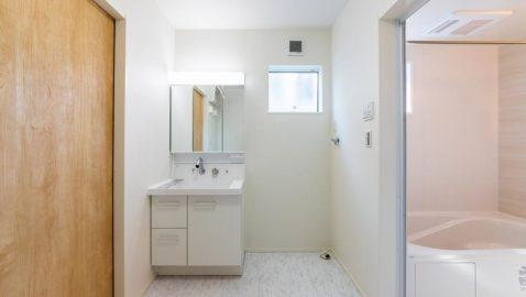 キッチン横に設けた水回りです。ドライルームを兼ねています。家事効率が良いのはもちろん、お子様の入浴を見守れる距離感で安心です。