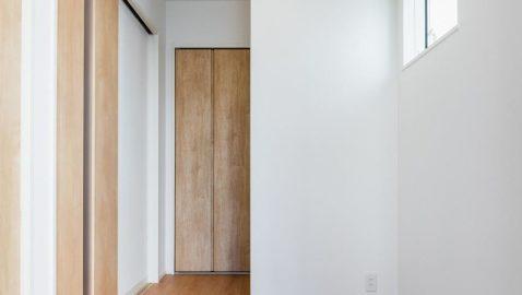 道路からお部屋が丸見えにならない位置にリビングドアがあります。正面奥の扉は収納スペースです。