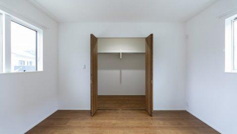 【寝室】 柔らかな木目の表情が美しいお部屋。 7帖洋室には広々3帖のウォークインクローゼットがあります。オフシーズンのものや家族の衣類などまとめてたっぷり収納でき大変重宝しそうです。