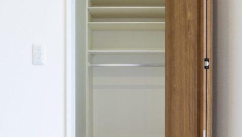 【玄関収納】 靴だけでなく、濡れた雨具やコートも気にせず収納できる便利な土間収納。玄関がすっきり片付きます。