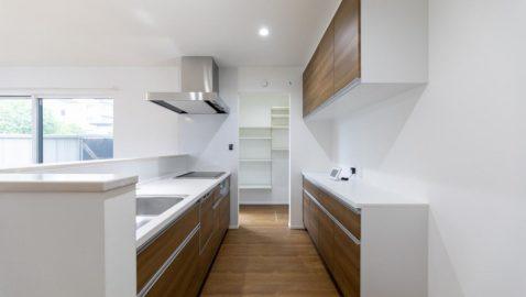 温もりある色合いの、清潔感のあるキッチン♪食器洗い乾燥機、大容量収納で毎日の家事がスムーズに!キッチンの壁はマグネットが付くので、自由に収納スペースが作れます。さらにキッチン隣には便利なパントリー付!