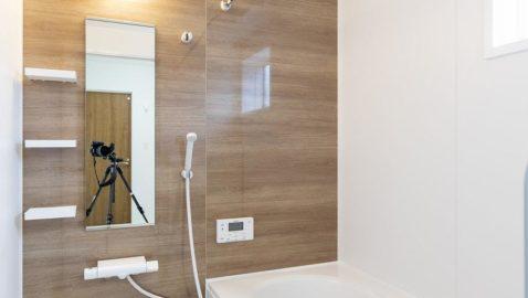 お手入れしやすくあったかいエコバスルーム♪ 足をのばして入浴できる広々浴槽は、ステップ付きで安心。 フタと浴槽のダブル保温効果でお湯の冷めにくい構造。 1坪タイプ/衣類乾燥暖房機付き