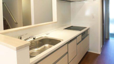 キッチンから家族との会話が楽しめる距離感。清潔感がある淡いカラーのキッチンは室内を明るくしてくれます。キッチン奥には便利なパントリー付き!