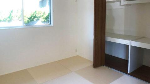 【和室】 リビングに隣接された和室は、目が行き届くのでお子様用のスペースとしても便利。急な来客にも困りません。 畳に寝転ぶと疲れが癒されます♪