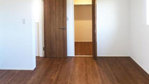【主寝室(8.5帖)】 広々とした主寝室は、大きなベッドも入るゆとりある広さです!3帖分のウォークインクローゼット付きなので、お部屋をいつでもすっきり片付けられます。