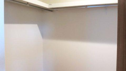 【収納(3帖分)】 主寝室のウォークインクローゼット(3帖)だけでなく、ホールから出入りできるファミリークローゼット(2.5帖)もあります。家族の物やオフシーズンの物も楽々収納♪