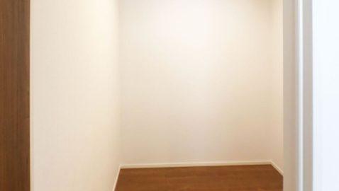 【ファミリークローゼット(2.5帖)】 家族みんな出し入れしやすい、2階階段上がってすぐ目の前にあるこちらの収納。頻繁に使うけど、置き場に困る衣類など収納すると、出し入れ簡単で便利です!