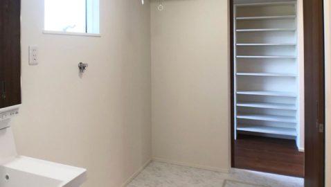 【洗面所】 洗面脱衣所は広々3帖分!パントリーと通じているので、キッチンからぐるりと回れる回遊動線が魅力です♪ 室内物干し付きなので、浴室暖房乾燥機と合わせると、ドライルームとしても使えます♪