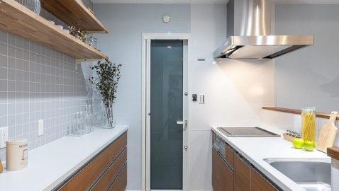 【キッチンイメージ】キッチンは木目の優しさと光沢が美しい素材で生活感を抑えてくれます。大容量食器洗い乾燥機もついており高性能な点もママにはうれしいポイントです♪ ※実際の間取り・仕様は異なります。