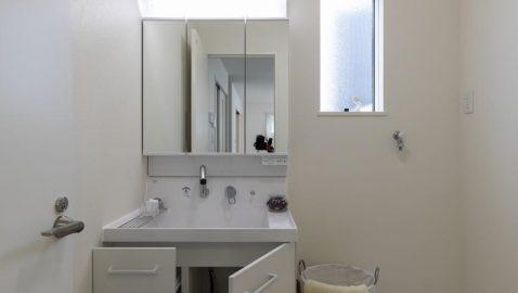 *同仕様 洗面室、浴室ともに窓があり、お天気の日は窓を開けてしっかり換気できます。 洗面化粧台はすっきりとしたデザインながら、収納力もたっぷり。 お手入れ簡単で使いやすいシングルレバーシャワー水栓でお湯を節約できます。