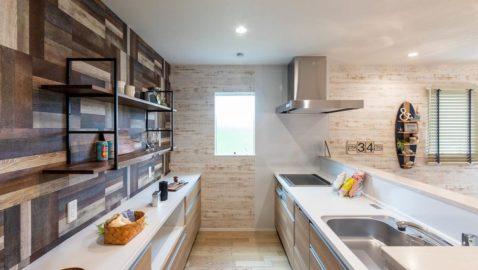 背面の個性的なアクセントクロスが特徴的な、キッチンスペース!使いやすさを重視した高性能な設備が充実しています。4.5人用の大容量食器洗乾燥機は高温乾燥で除菌もできるので、衛生的です♪