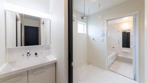 【水回り】 洗面・脱衣所・浴室・トイレがすべて一直線上にまとめられていて、動線がスムーズな間取り。キッチンからすぐなので、家事効率がUPします♪