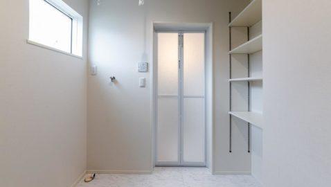 【脱衣所】 広々2帖分の脱衣室は、洗面所と分けられ独立しています! 室内物干し付きなので、浴室暖房乾燥機を使ってドライルームとしても利用◎ 便利な可動収納棚付きなので、タオルや洗剤をしまうのに便利♪
