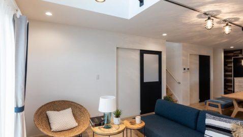 リビング部分には上部吹き抜けがあり、開放的な空間。 室内を開放的にみせてくれるだけでなく、明るい光が差し込み昼間は照明いらずです! 天井部分のアクセントクロスがハイセンスですね♪