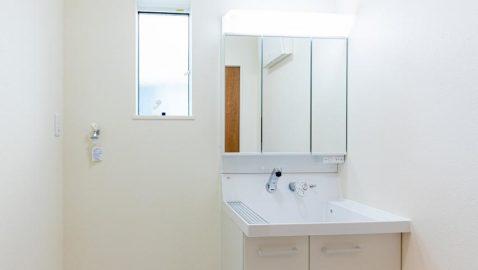 清潔感のあるホワイトの洗面・脱衣所は広々として、お子様と一緒のお着替えも楽々♪洗面台は片開き戸と引き出し、三面鏡の裏など収納場所がたくさん!*同仕様