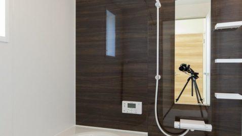 木目を再現した優雅な表情をもつ浴室の壁パネル。ダークカラーがカッコよく、毎日お家で特別感を味わえます。広々浴槽で、足を伸ばして一日の疲れを癒せます♪※同仕様