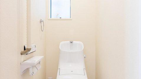 白を基調とした清潔感あるトイレ。100年クリーンのフチレス形状の便器はお手入れしやすく、お掃除回数が減ります。エコロジーな超節水タイプです♪*同仕様