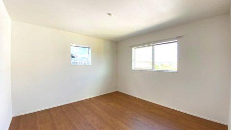 上質な天然木の素材感を感じられる木目柄が、部屋全体をおしゃれに演出。各居室に収納完備・窓を2方向に設け、採光と通風に配慮しています。