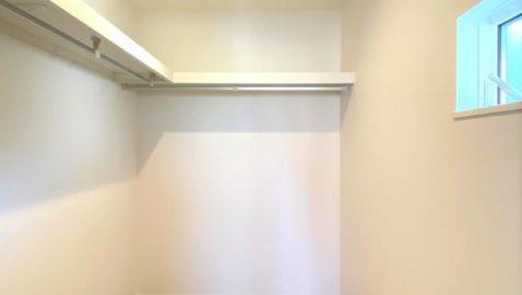 主寝室には広々3帖分のウォークインクロゼットがあり、家族みんなの衣類や寝具もまとめて収納できます♪お部屋も広く使えます!